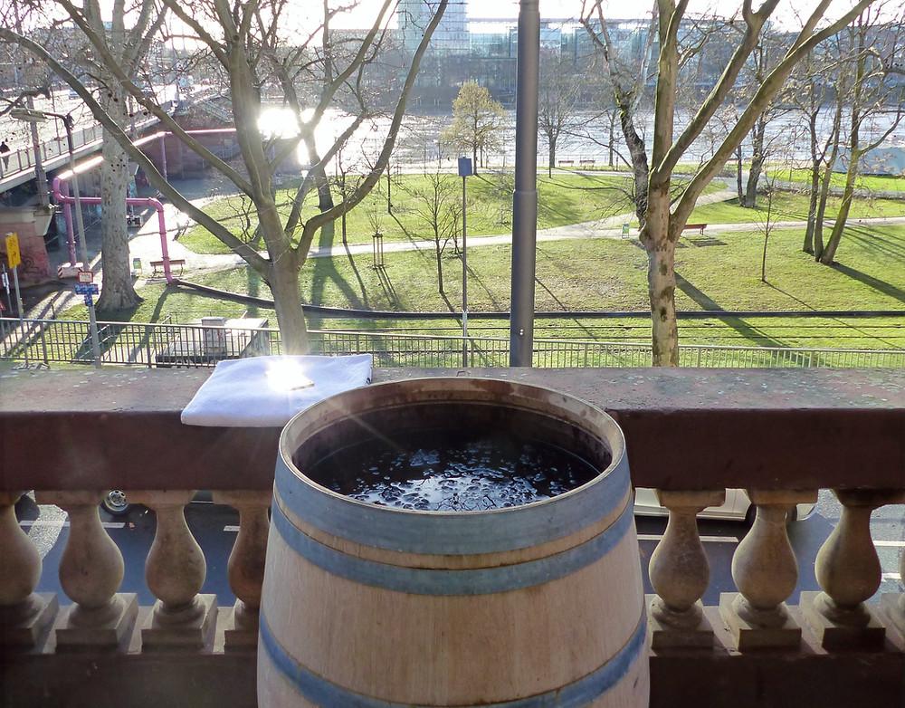 Holzfass mit Eiswasser gefüllt auf Balkon