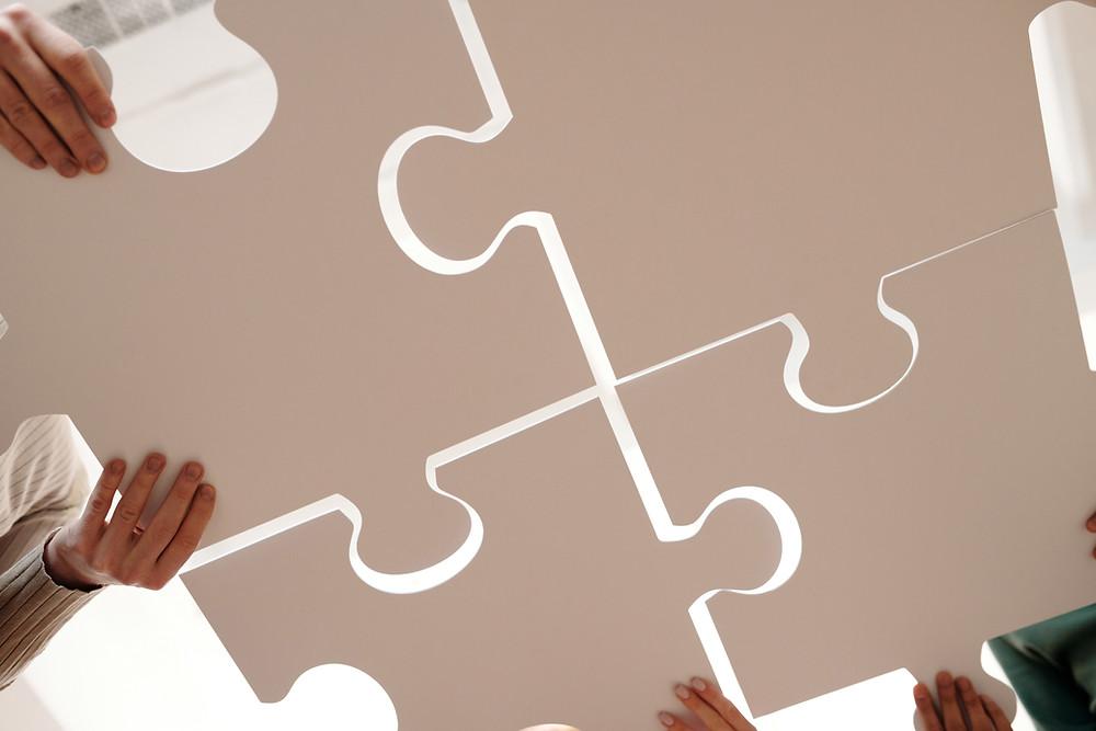 Große Puzzleteile werden zusammengefügt