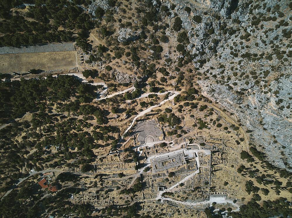 Grèce, Delphes, Deux Pas Vers l'Autre