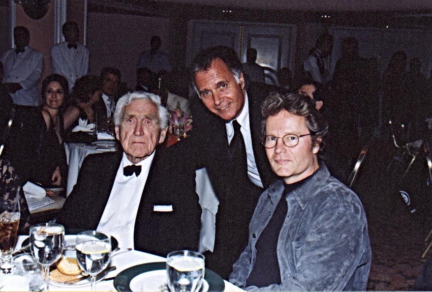 עם ג'ון סאבאג'(צייד הצבאים) וג'יימס ויטמור (חומות של תקווה) במסיבת האוסקר