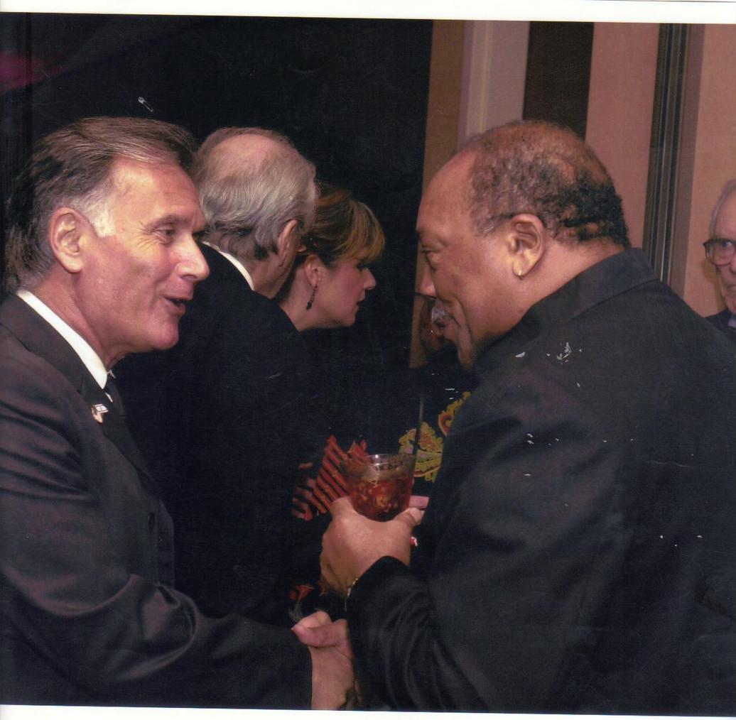 קובי אשרת עם קווינסי ג'ונס בפסטיבל הסרטים הבין-לאומי בפאלם ספרינגס