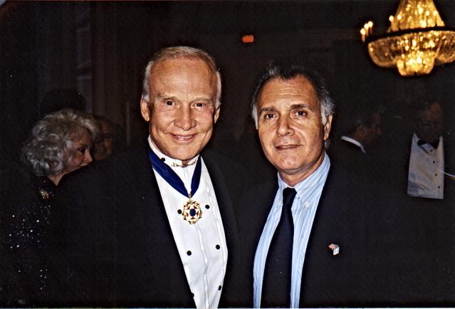 קובי אשרת עם עם האסטרונאוט ג'ון גלן