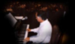 קובי אשרת תמונה בהופעה ליד פסנתר - עותק.