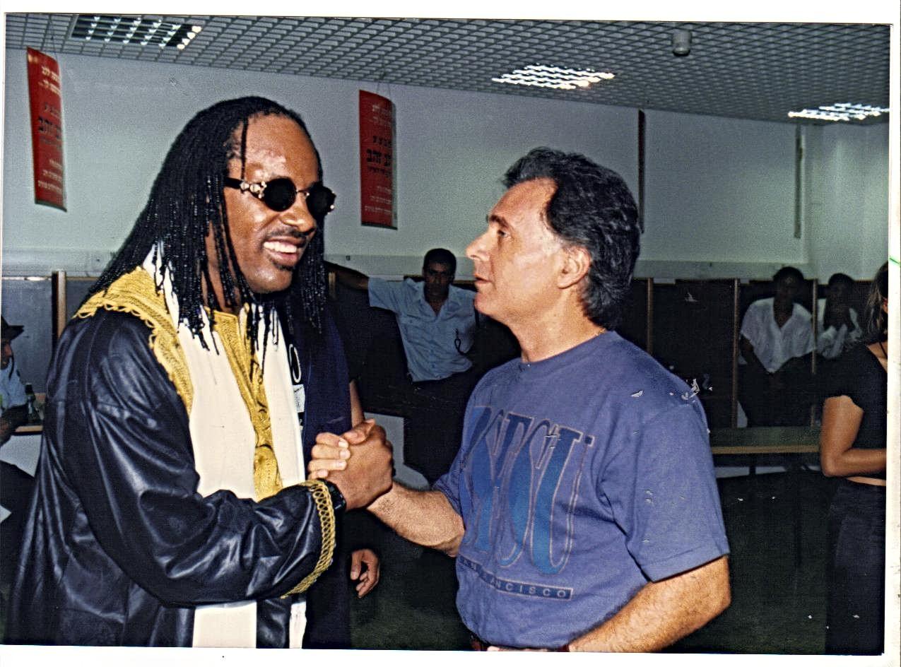 קובי אשרת עם הזמר סטיבי וונדר
