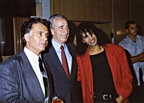 """קובי אשרת עם שמעון פרס בביקורו בל""""א בהופעה של יזהר כהן"""