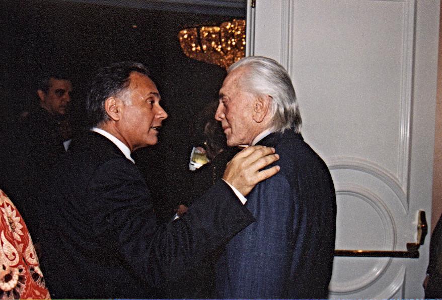 קובי אשרת עם קירק דאגלאס במסיבת האוסקר