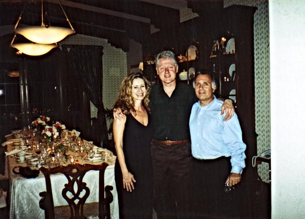 קובי ורעייתו עדה עם ביל קלינטון בביתו של חיים סבן