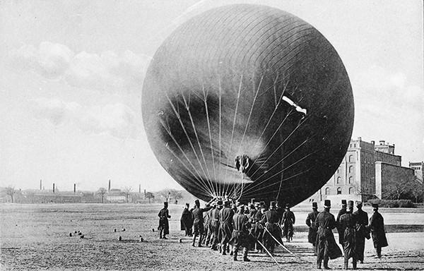 Altes Archivfoto eines Heißluftballonstarts