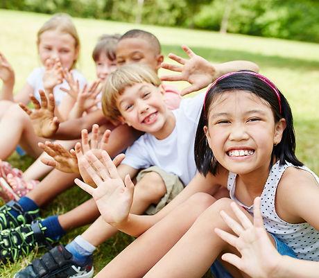 Niños y niñas felices