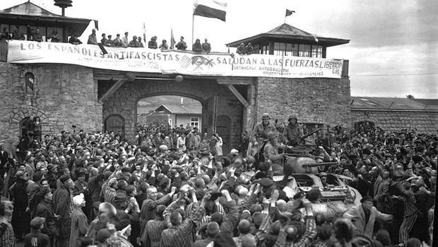 Foto del recibimiento en Mauthausen a la fuerzas de liberación