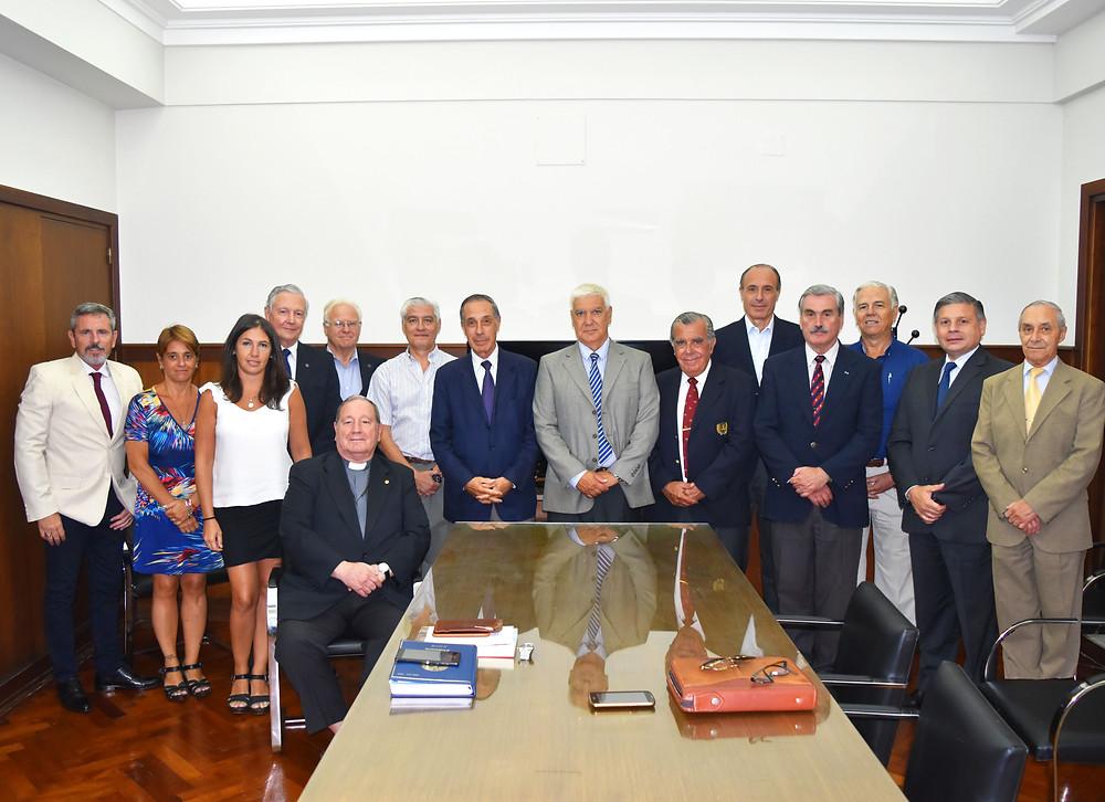 juntos con los miembros del Consejo de Administración, Comisión Fiscalizadora y del Personal Administrativo de la Fundación los Secretarios entrante (2° de la derecha) y el saliente (en el centro).