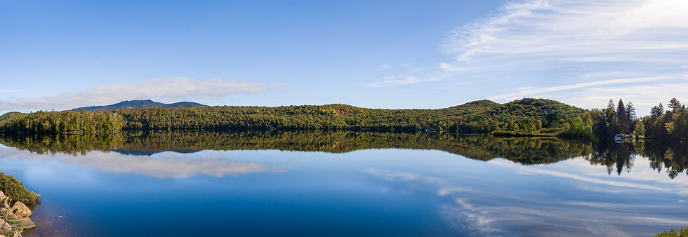 mirror-effect-lake-during-fall-in-mount-