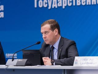 Медведев сообщил о дополнительном финансировании регионов на школьные автобусы и «скорые» в объеме д