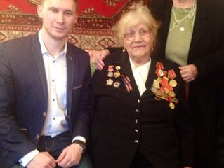 Молодогвардейцы поздравили ветеранов с 73-й годовщиной Победы в Сталинградской битве.