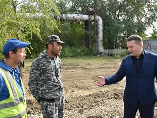 Депутат облдумы Андрей Воробьев проверил, как проходит затяжной ремонт тротуаров в Заводском районе