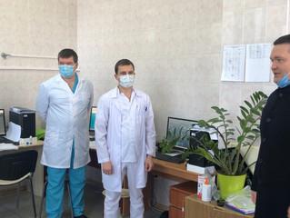 Для работающих в «красной зоне» энгельсских врачей передали наборы к чаю