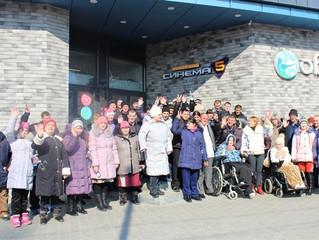 Проживающие Энгельсского дома-интерната посетили современный кинотеатр благодаря содействую депутата