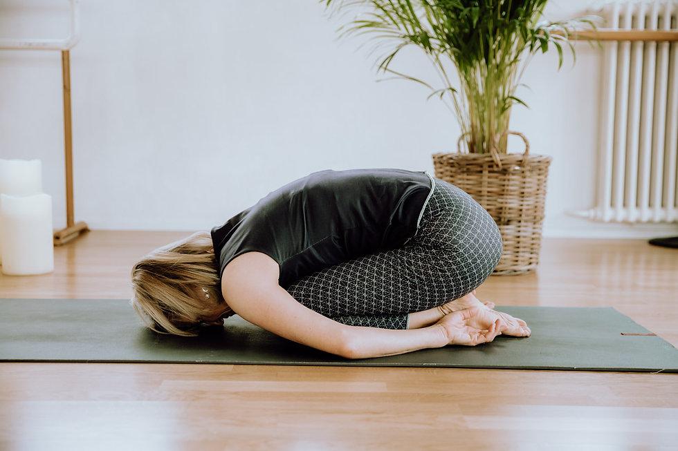 Ruhehaltung Frau bei Yoga