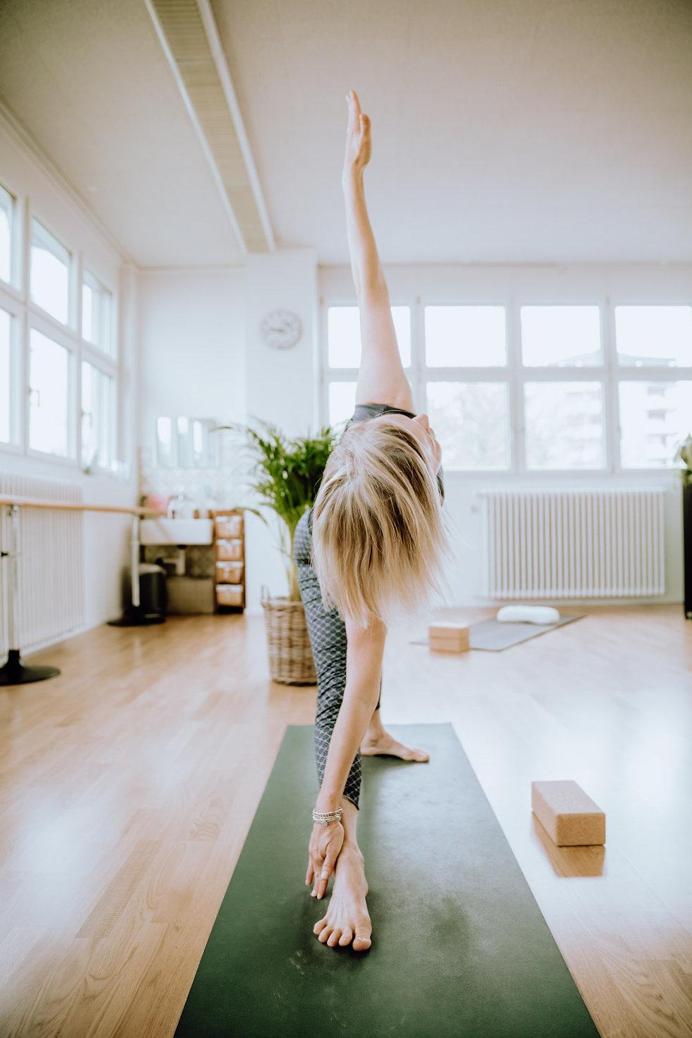 Frau bei Yoga