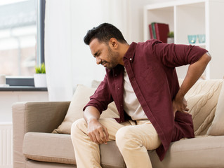 Dor nas costas é um dos sintomas mais frequentes de quem se recupera da COVID-19