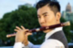Tao Ye spielt die traditionelle chinesische Bambusflöte Dizi