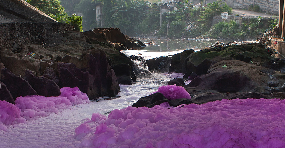 Residents along the Tullahan river noted a multi-coloured effluent in the river water, rocks and banks. Several industries, such as paper, pen and dye factories, are located upstream from this site. © Gigie Cruz-Sy / Greenpeac