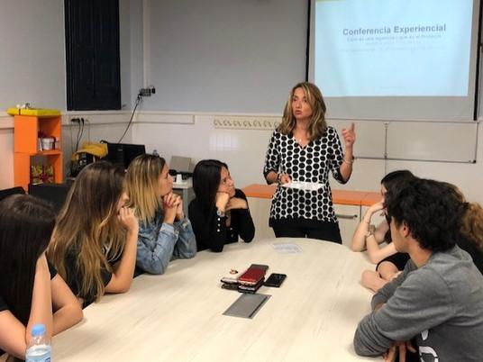 La ponente Jacqueline Ruiz motiva a un grupo de alumnos del grado de Dirección General