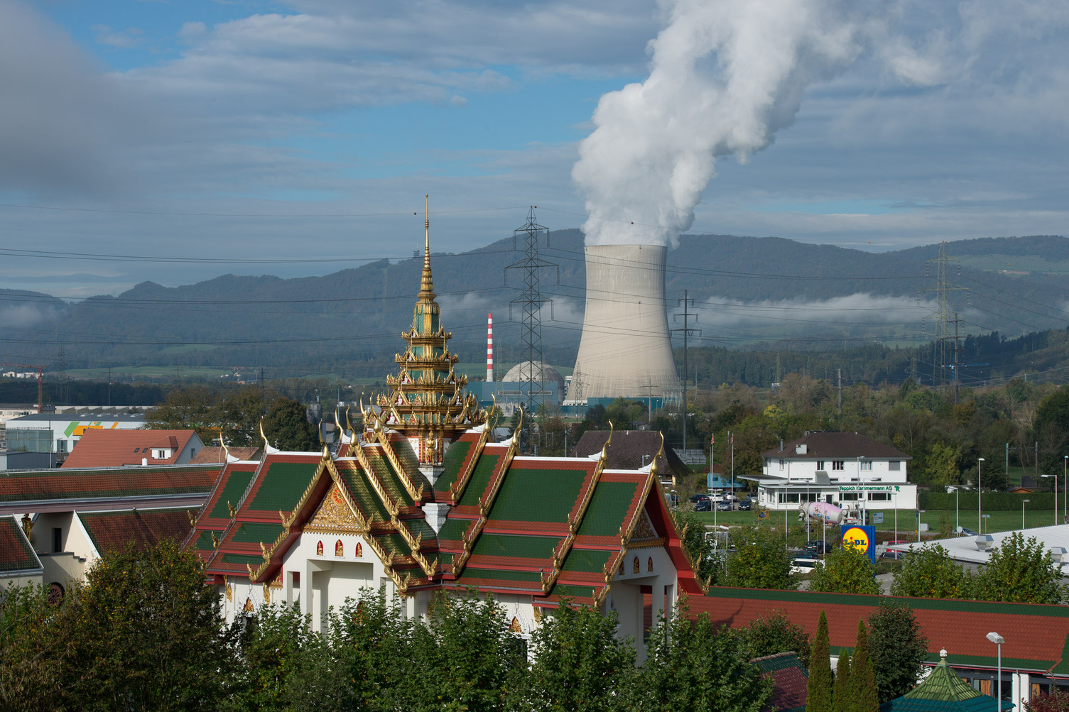 Buddhistischer Tempel und Kernkraftwerk Gösgen