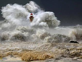 """""""מגדל אור לא מתרוצץ על פני החוף  בחיפוש אחרי סירה שזקוקה להצלה, הוא פשוט עומד ומאיר"""" Enn L"""