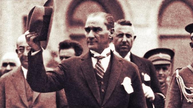 Atatürk_selamlarken.PNG