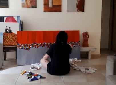 יושבת על הרצפה ומציירת  ציור של פרחים