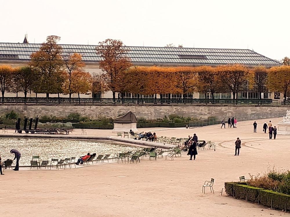 גני האורנג'רי בשלכת כתומה בפריז
