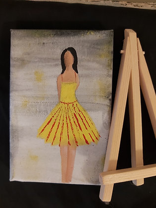 ציור של אישה בשמלה צהובה