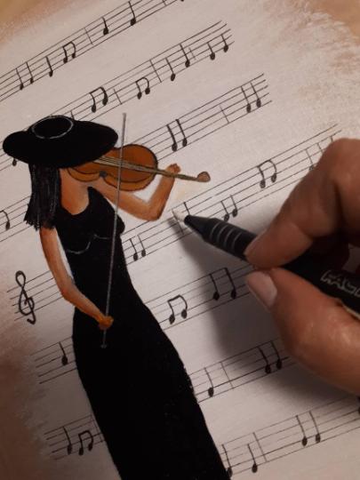 ציור של נערה וכינור על רקע תווי נגינה