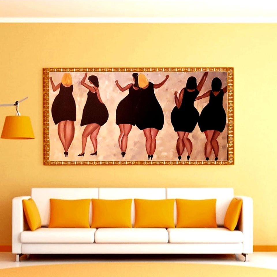 נשים גדולות בשמלה שחורה