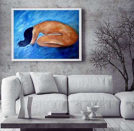 אישה עירומה על רקע כחול