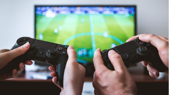 Los niños mexicanos pasan demasiado tiempo frente a la pantalla de televisión o los videojuegos.