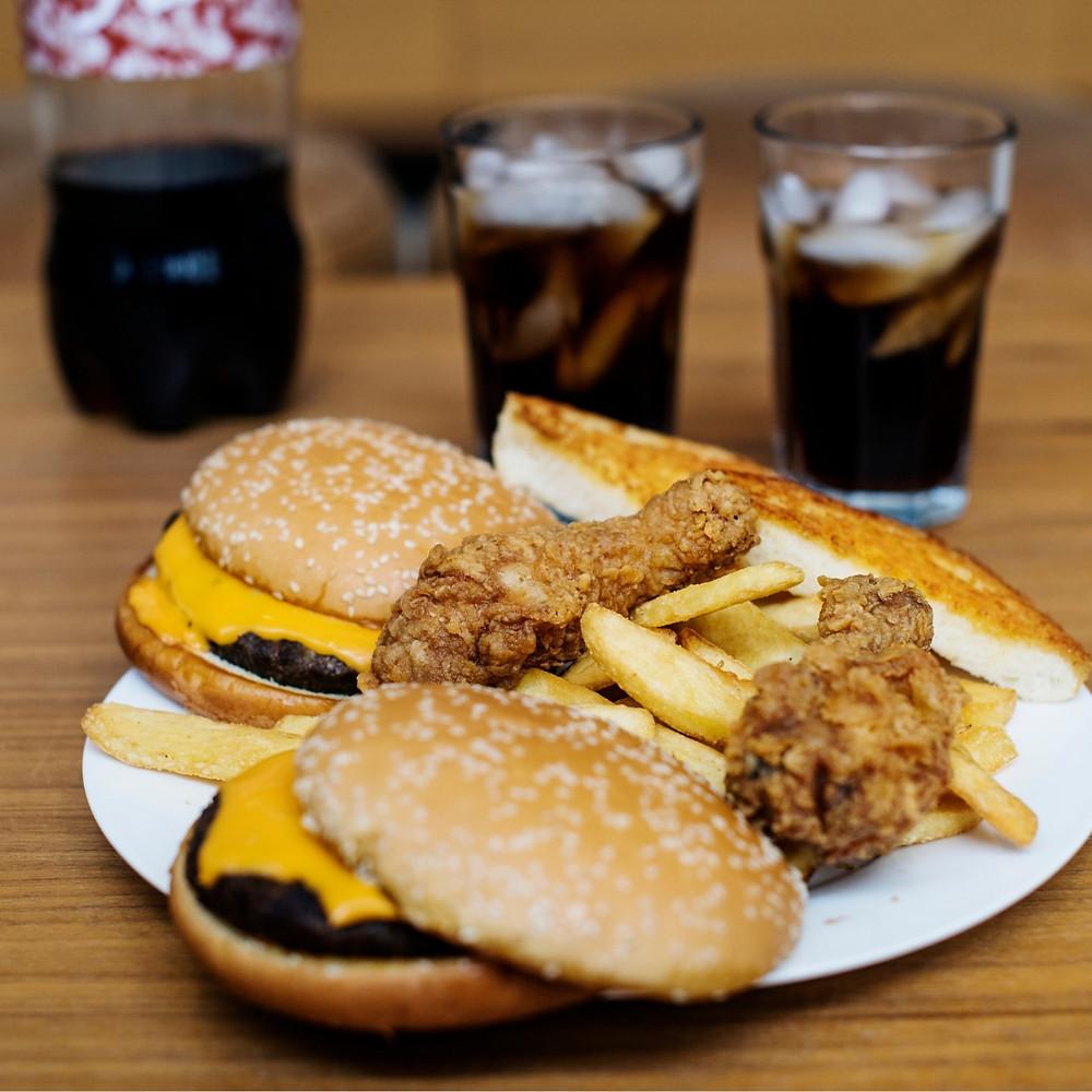 Según los especialistas en temas de obesidad, los cambios alimenticios y las nuevas formas de vida sedentarias son los principales desencadenantes en el aumento de la obesidad infantil.
