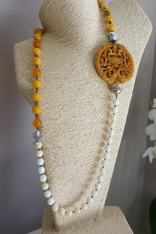 collana lunga con centrale in giada intagliata
