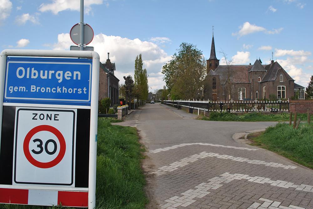 Olburgen met rechts de kerk en pastorie