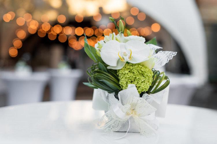 flowers-table-outdoor-restaurant-interio