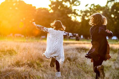 kids-playing-in-autumn_t20_LQb9n1.jpg