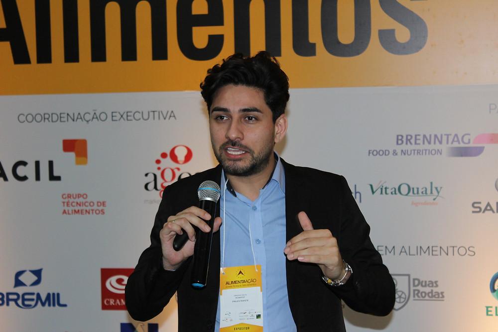 """Painel """"Flavor innovation: o claim natural em ascensão"""" foi ministrado por Vinicius Silva - Crédito: Clarissa Jaeger"""