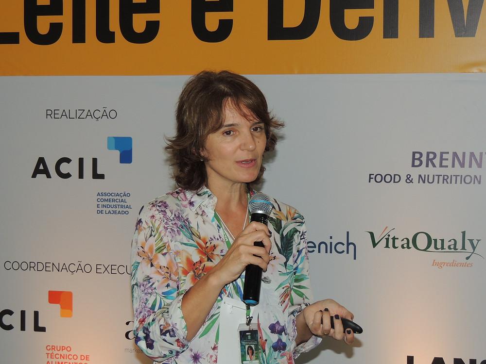 Milene Cristina Cé discorreu sobre os programas de autocontrole em estabelecimentos de leite e derivados e sobre as INs nº 76 e 77/2018 - Crédito: Clarissa Jaeger