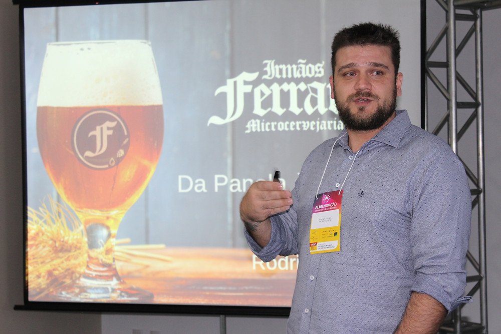 Rodrigo Ferraro apresentou o case da Irmãos Ferraro, de Porto Alegre - Visão do mercado foi apresentada pelo presidente da Associação dos Cervejeiros Artesanais do RS, Diego Gomes, e técnica do Sebrae Francine Danigno