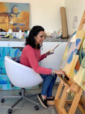 Lili Arenas Sentada Pintando.JPEG