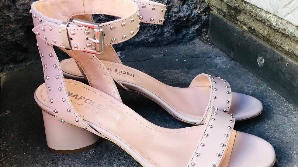 Beige Leder-Sandale mit Micro-Nieten