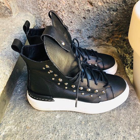 Leder-Sneaker im Vintage Style schwarz mit Nieten