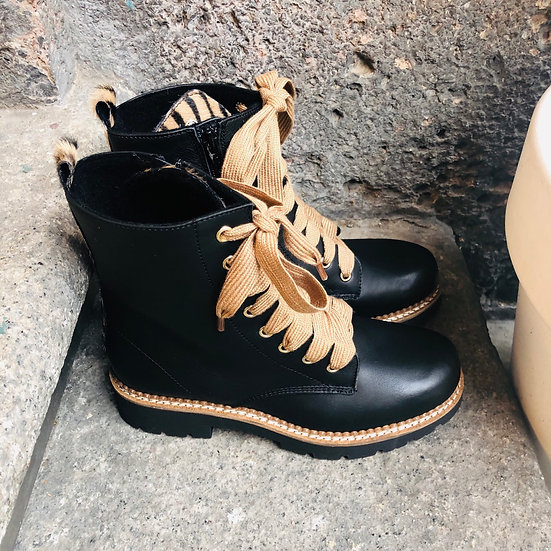 Leder-Schnürstiefelette in schwarz mit Zebrafell-Imitat-Einsatz
