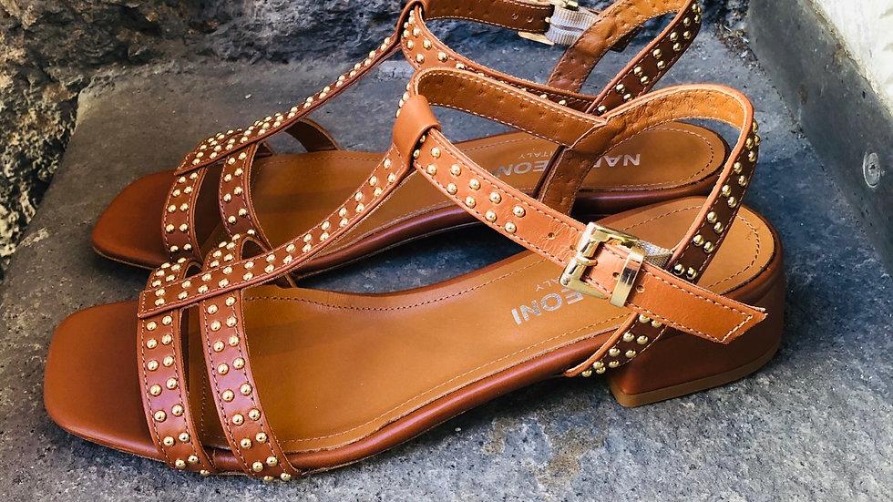 Cognacfarbene Leder-Sandale mit Micro-Nieten